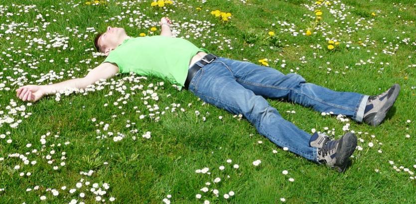手を上げて寝ると得られる究極の睡眠効果がスゴすぎる